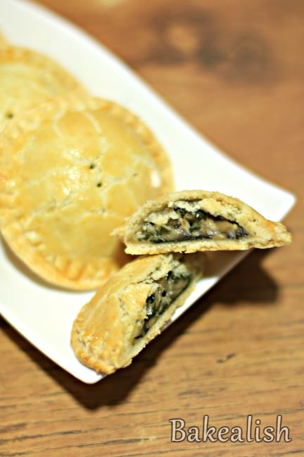 These Spinach mushroom mini pies are simply yum with a crusty outside and a flavorful inside. Spinach mushroom is a classic combination and can never go wrong. The buttery pie crust goes so well with the creamy filling that you enjoy every bite to the fullest