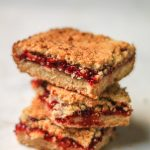 This Raspberry Crumble is the best crumble recipe in town. These berry crumble bars got a buttery, crisp texture with a sweet and sour raspberry tart filling. This Crumble pie is irresistible and easy to make
